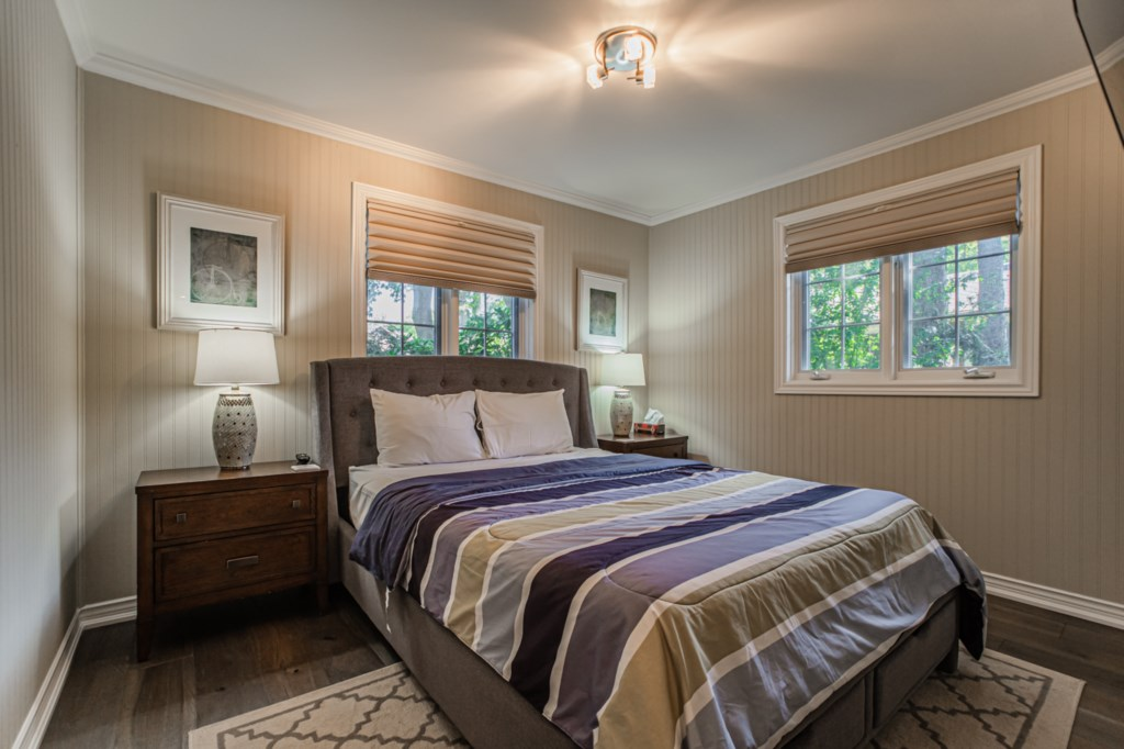 Front bedroom with Queen bed - La Vignette Vacation Rental - Old Town - Niagara-on-the-Lake