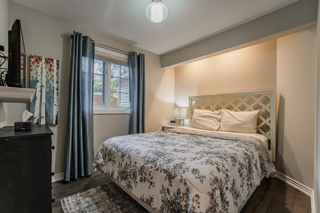 Middle bedroom with queen bed - La Vignette Vacation Rental - Old Town - Niagara-on-the-Lake