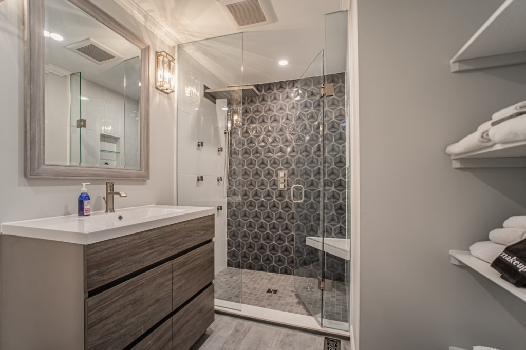 Shared bathroom with walk-in, rainfall showerhead, and heated floor - La Vignette - Old Town - Niaga