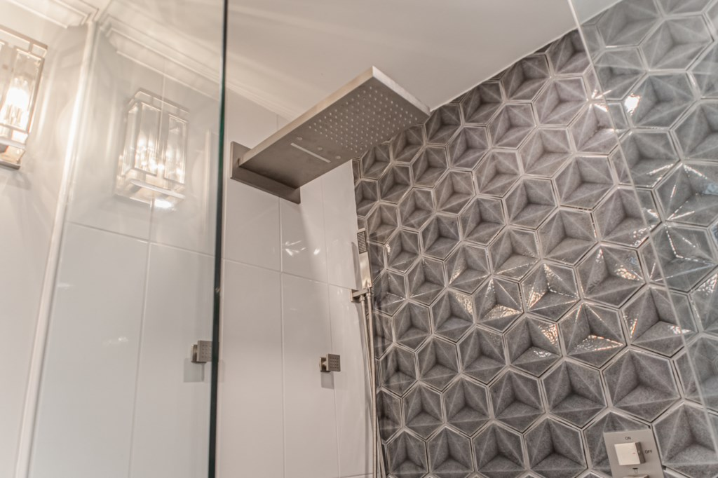 Rainfall shower head with full body spray - La Vignette Vacation Rental - Old Town - Niagara-on-the-