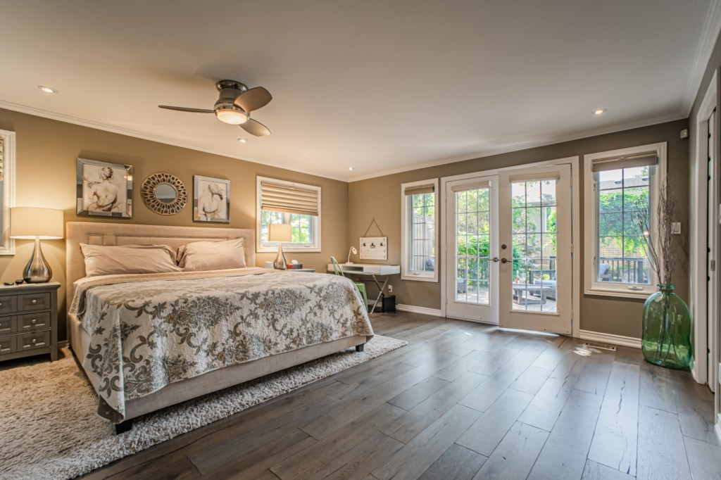Large primary bedroom at back of house with king bed - La Vignette Vacation Rental - Old Town - Niag