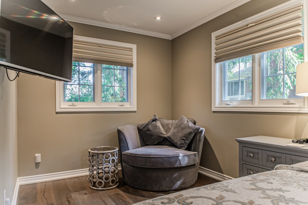 Escape for some peace and quiet in the primary bedroom - La Vignette Vacation Rental - Old Town - Ni
