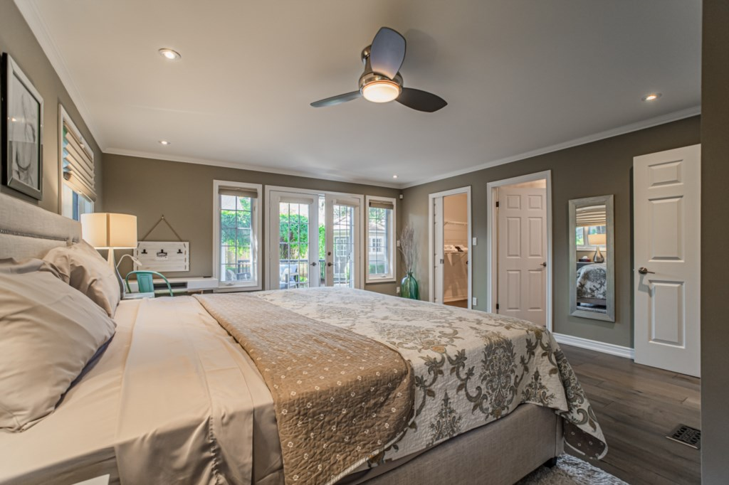 Large back bedroom with king bed, access to backyard, ensuite, TV, large walk-in closet - La Vignett