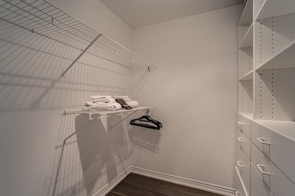 Walk-in closet to unpack and store your suit case - La Vignette Vacation Rental - Old Town - Niagara