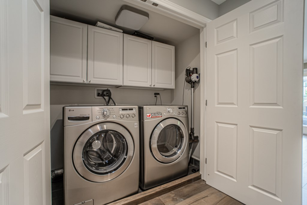 Laundry closet located in hallway outside back bedroom - La Vignette Vacation Rental - Old Town - Ni