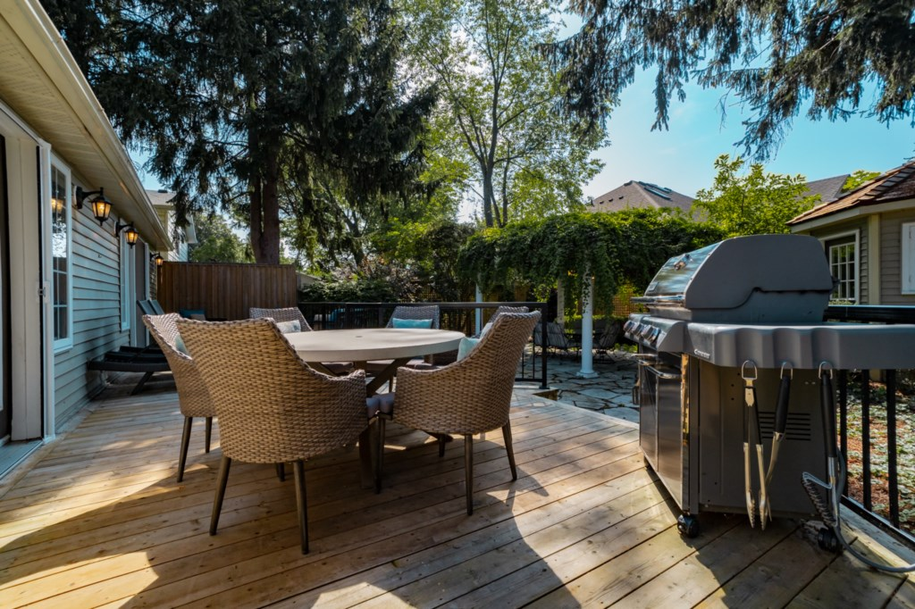 Great, private deck to relax or to enjoy a meal outside - La Vignette - Niagara-on-the-Lake
