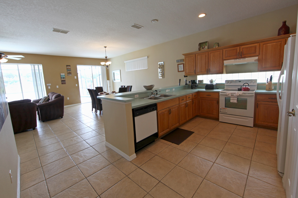 Spacious Full Kitchen