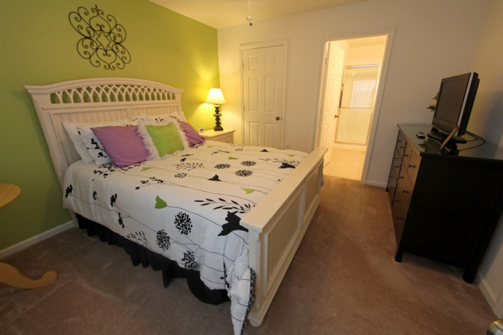 2nd floor Queen bedroom w/ensuite