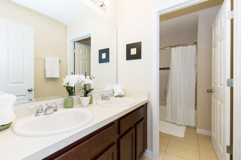 15_Bathroom_0921.jpg