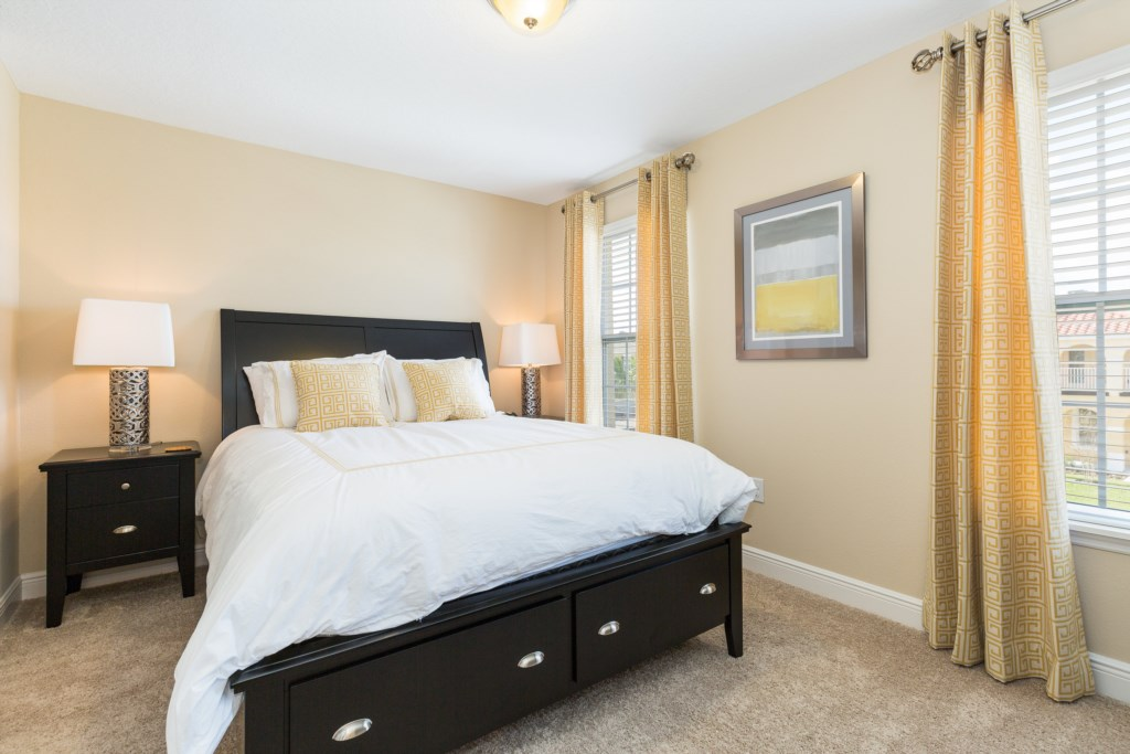 18 Queen Bedroom