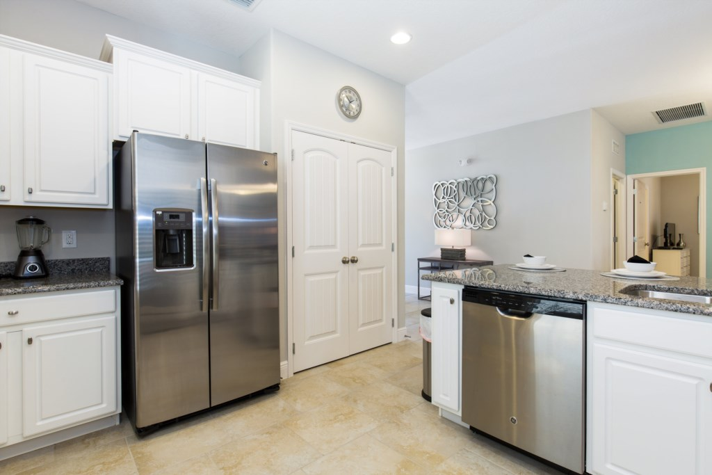 05_Kitchen_with_stainless_steel_appliances_0721.jpg