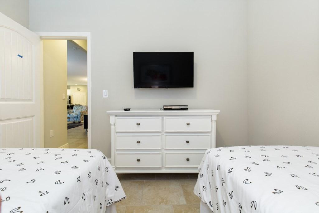 23_Twin_bedroom_TV_0721.jpg