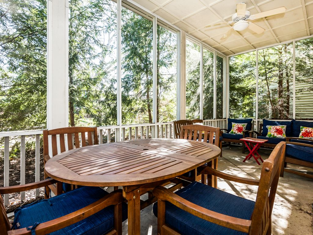 Screened-in porch has plenty of seating!