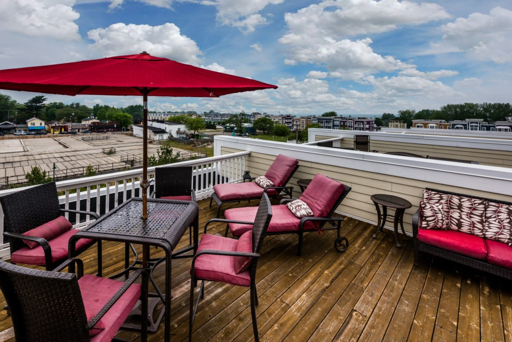 Fourth floor sundeck with lake and city views!