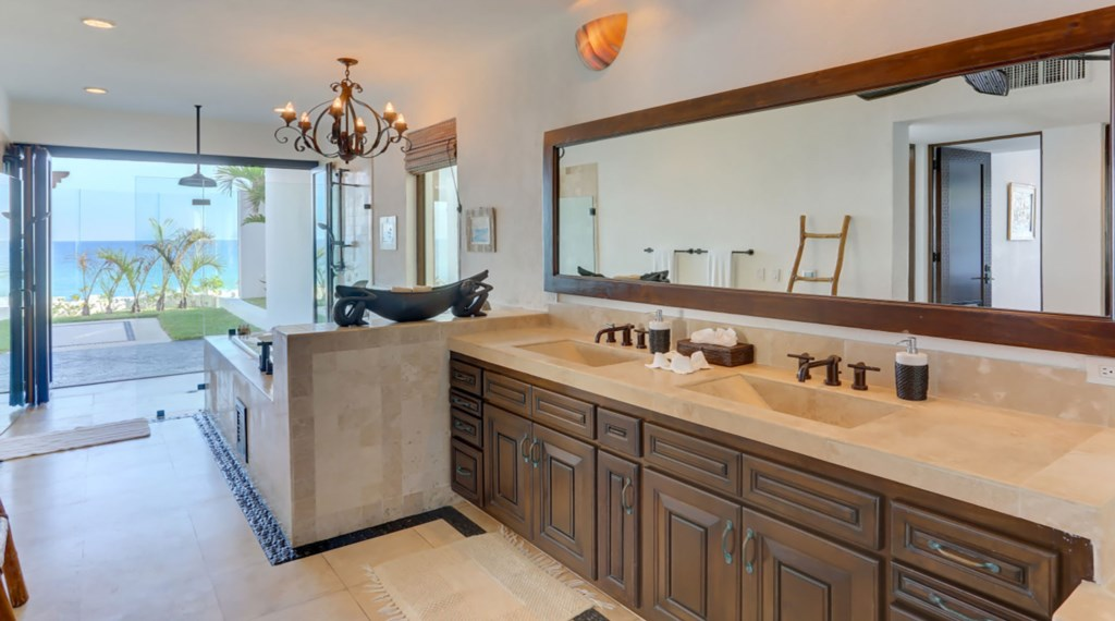 Casa-La-Laguna-Master-Bath.jpg