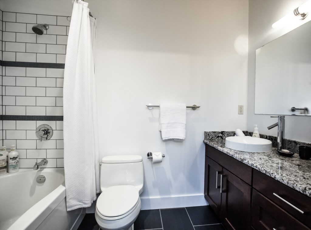 Alpenglow Penthouse - Full Ensuite Bathroom off Master King Bedroom
