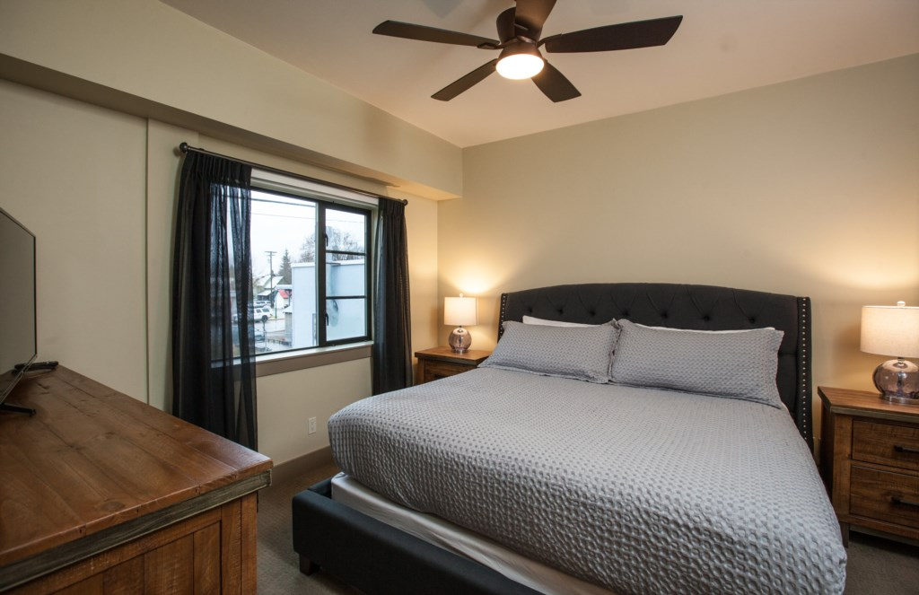 Downunder Mountain Retreat - Master King Bedroom with Full Ensuite Bathroom