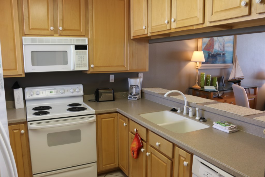 Fully equipped kitchen with a regular coffeemaker
