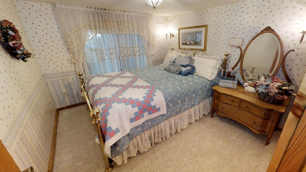 Queen-bedroom.jpg