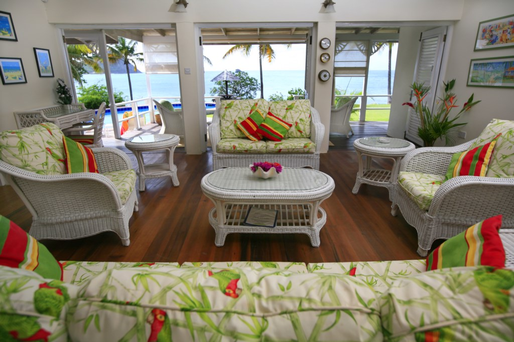 Enter in the Caribbean chic living space