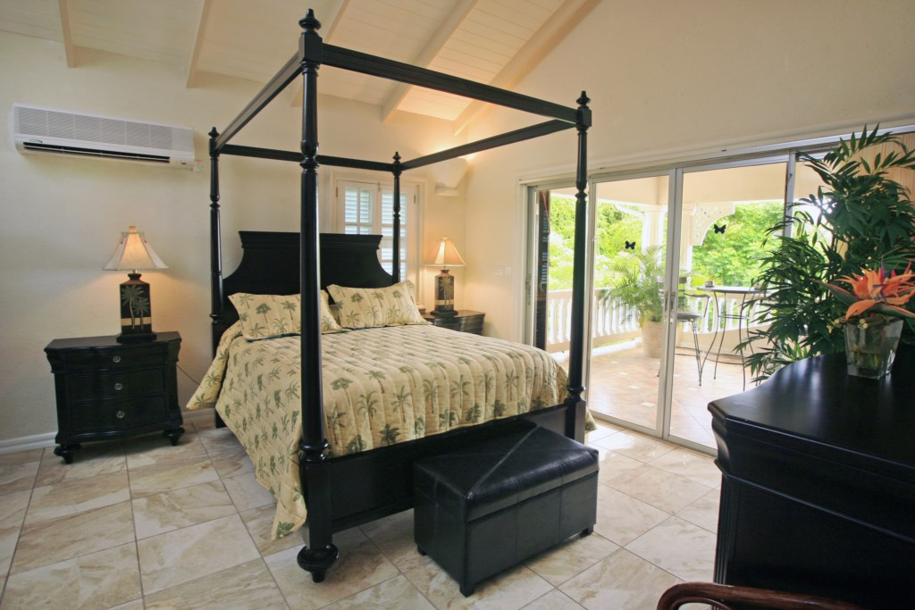 Second bedroom with a queen sized four poster bed.