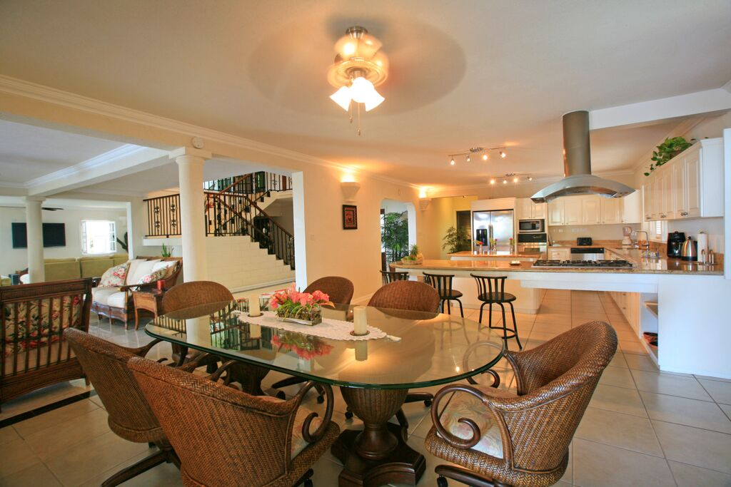 Enjoy dinners in the open concept dining & kitchen space.