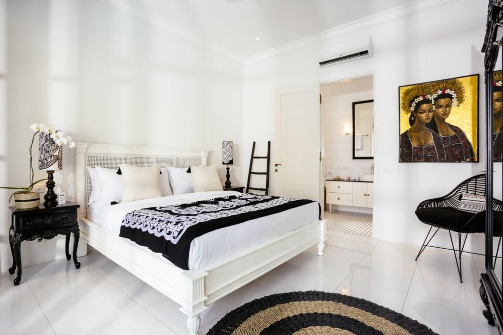 Bedroom_kingsizebed_view on bathroom.jpg