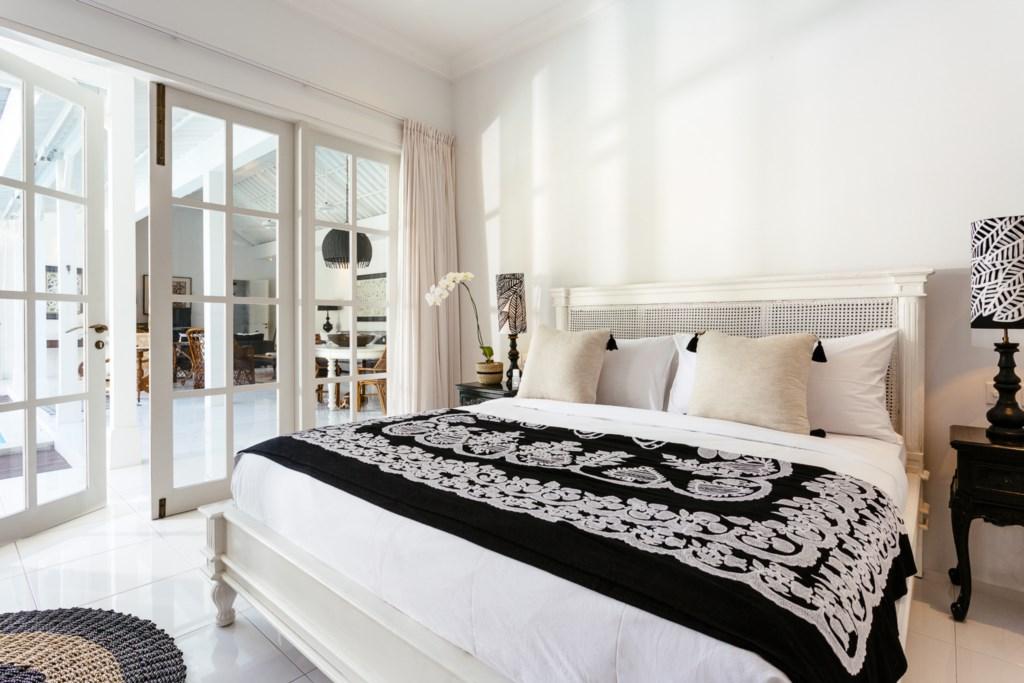 Bedroom_kingsizebed_view on livingroom.jpg