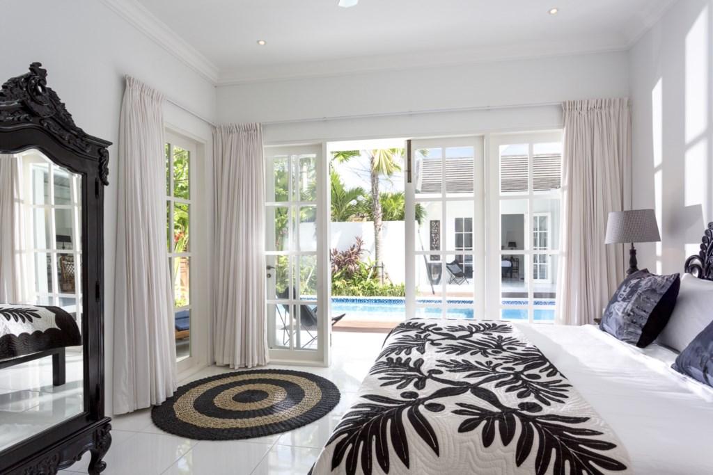 Masterbedroom_kingsizebed_view on pool.jpg