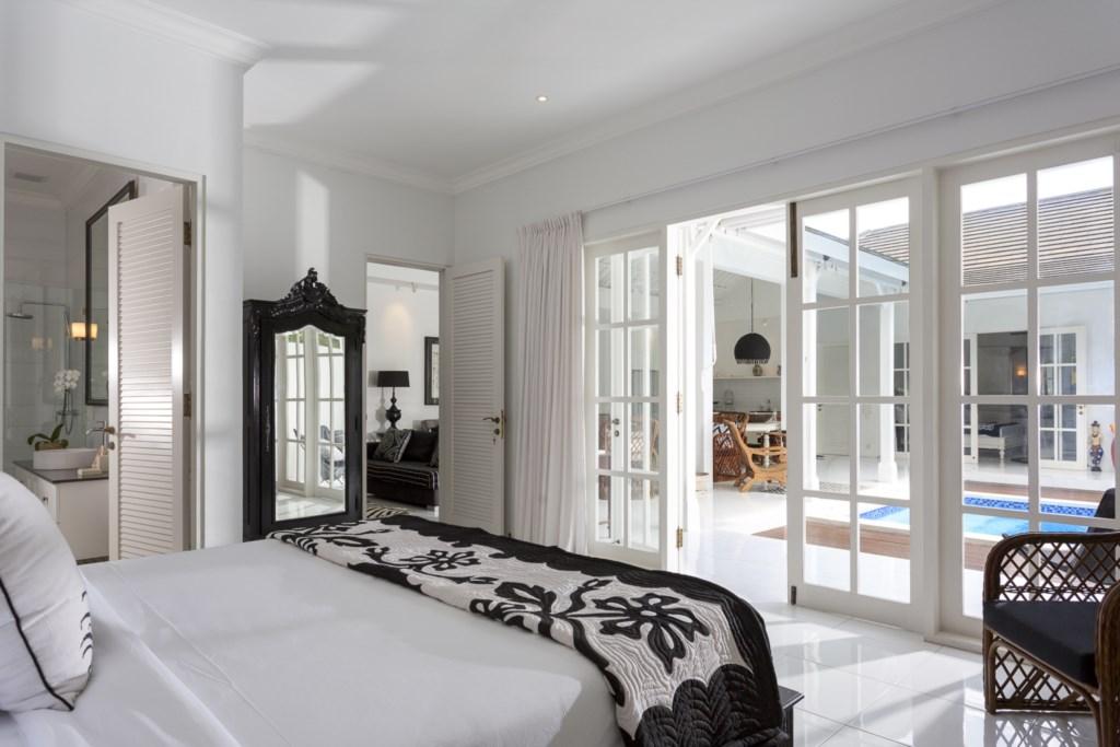 Masterbedroom_kingsize bed_view on pool, livingroom and bathroom.jpg