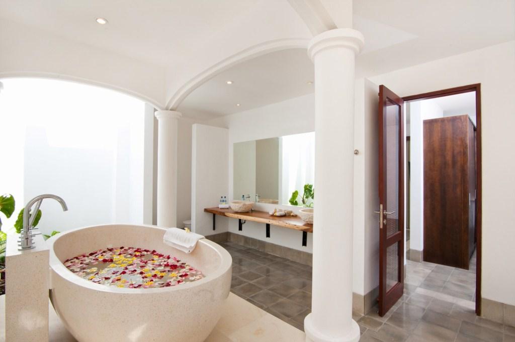 Amaliamasterbathroomdownstairs