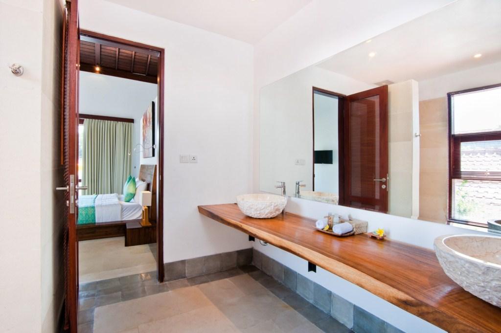 Amaliaupstairsbathroom