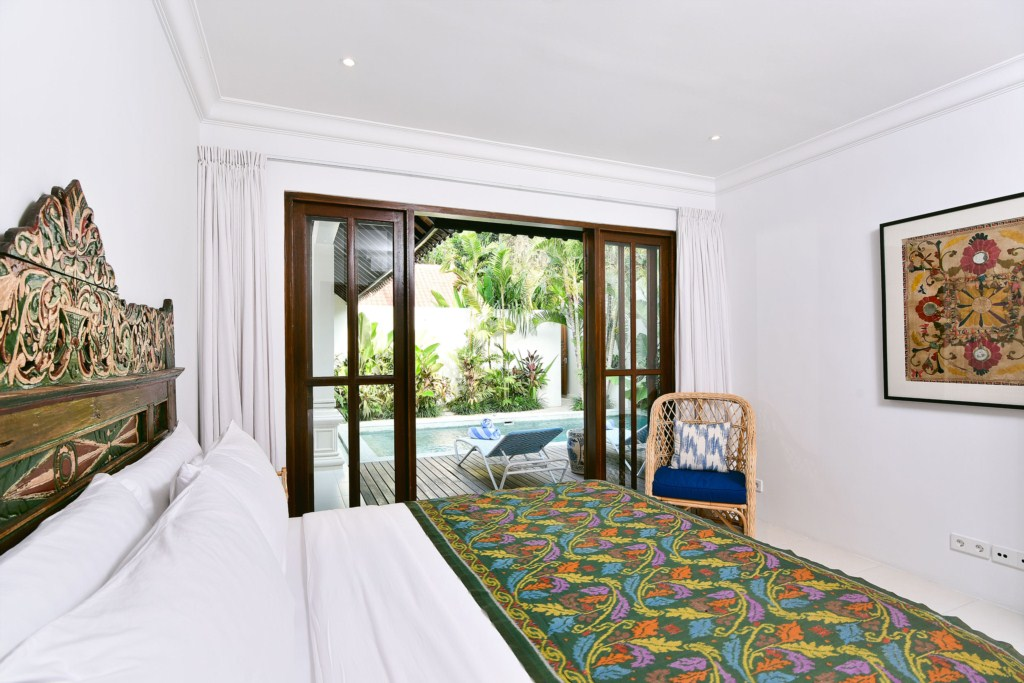 bed-deck-pool-villa-merah