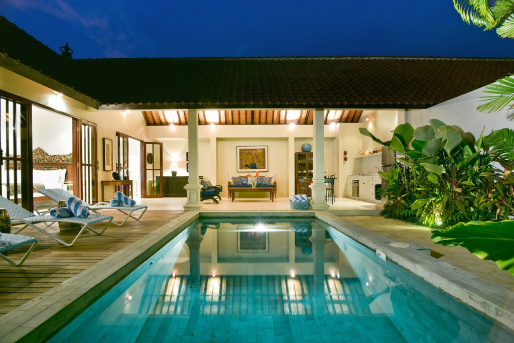 living-view-pool-night-villa-merah