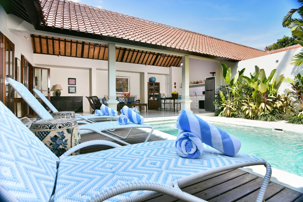 sunloungers-pool-living