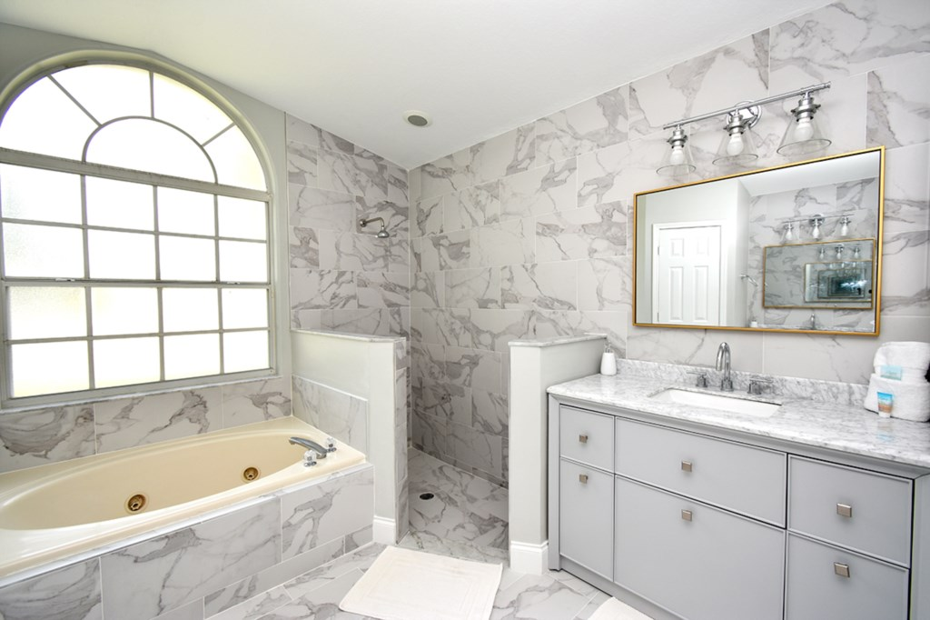 10 BATHROOM MASTER.jpg