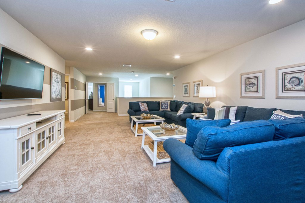 Spacious Upstairs Family Room with tons of Seating