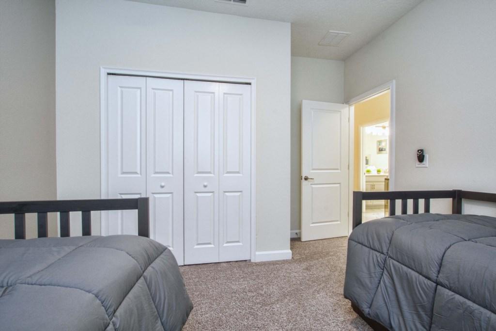Guest Bedroom/ 2 Twin Beds