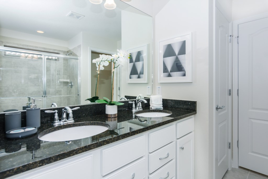 Suite Master 4 Bathroom.jpg