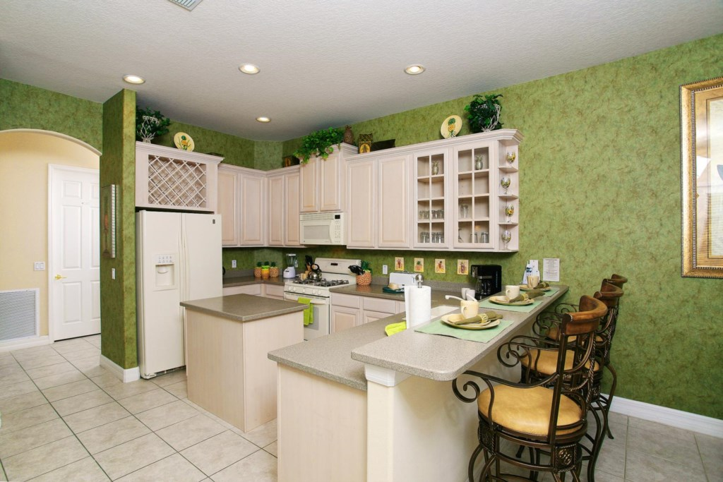 Fully equipped eat-in kitchen with dining counter