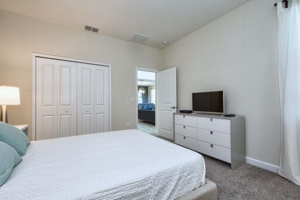 Guest Bedroom/ Queen Size Bed