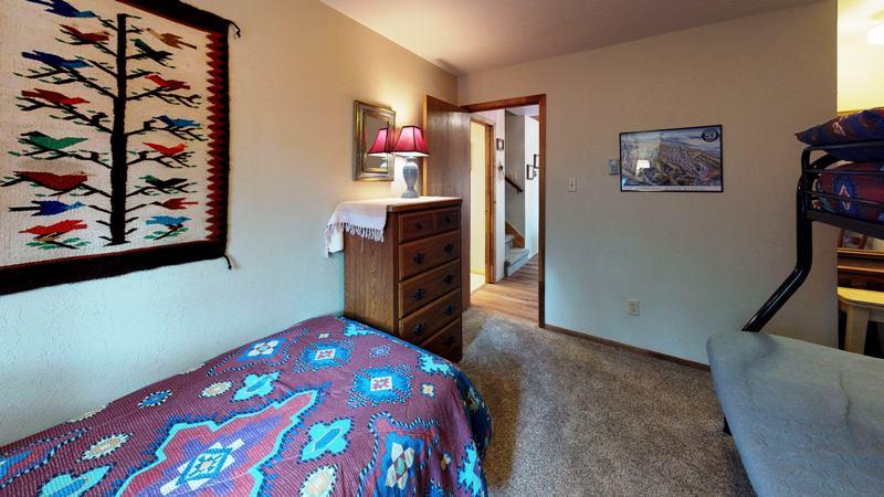 xHiyhVLDsxx-Bedroom.jpg