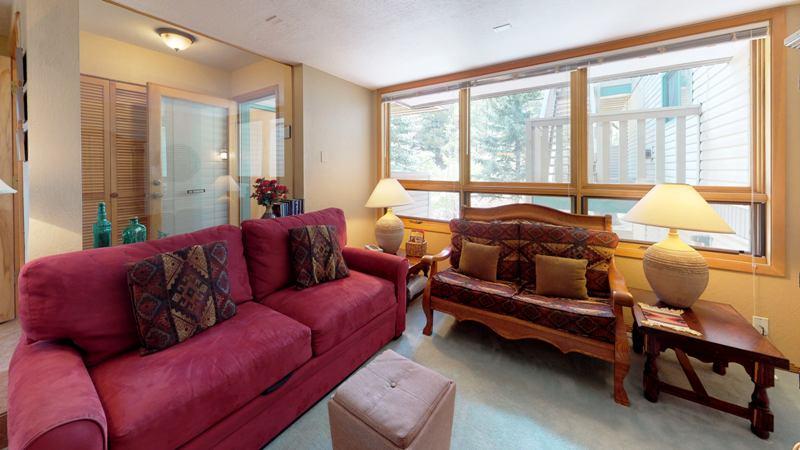 rE96zfMGU7p-Living_Room.jpg
