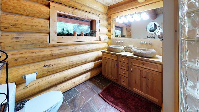 xtq65JFFsR8-Bathroom.jpg