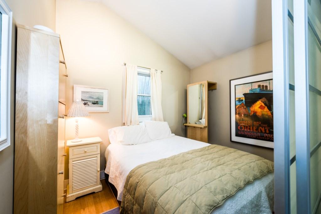 Bedroom #1 (Queen bed)