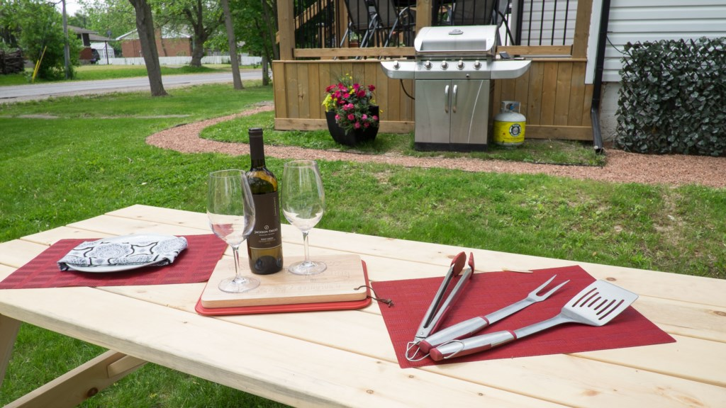 Enjoy dinner outside - Hullcrest Cottage - Niagara-on-the-Lake