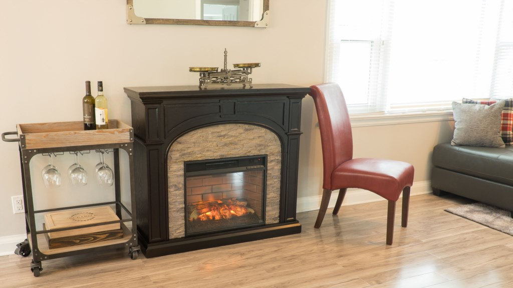 Electric Fireplace - Hullcrest Cottage - Niagara-on-the-Lake