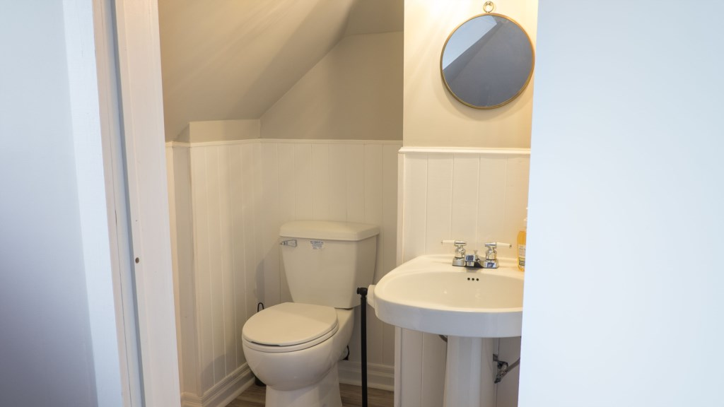 Bathroom on second floor - Hullcrest Cottage - Niagara-on-the-Lake