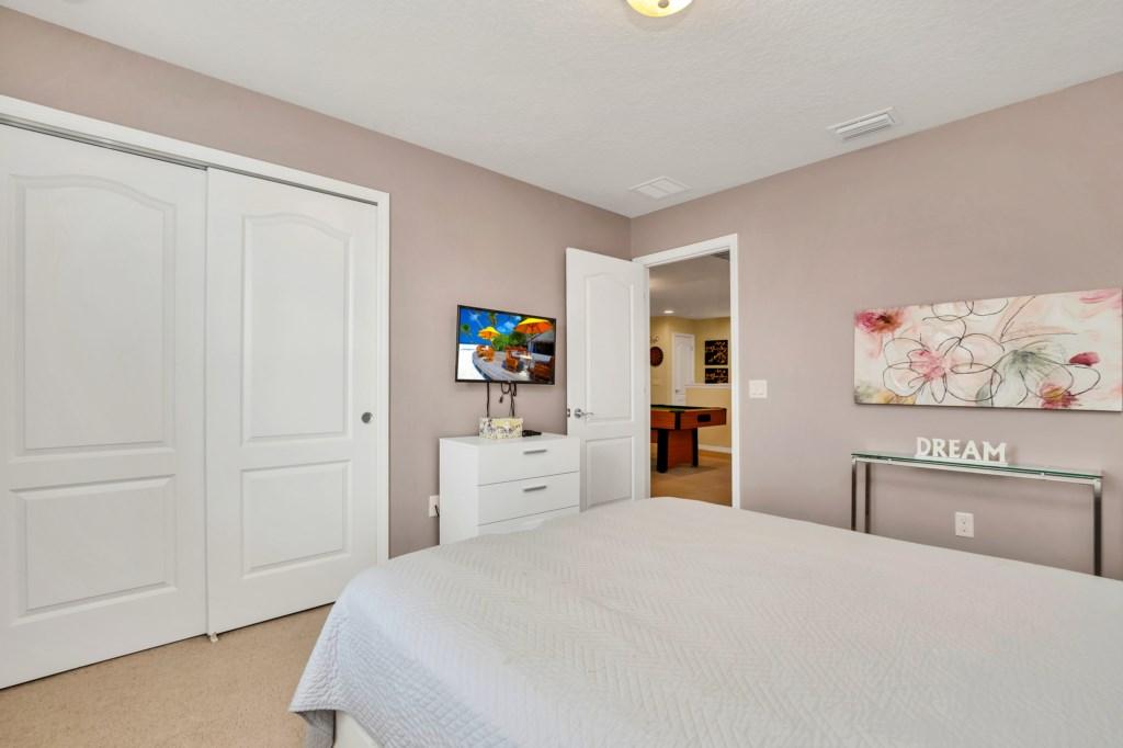 9045RhodesSt,WindsoratWestside bed3-1.jpg