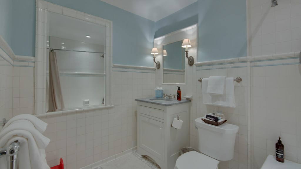 35 large-bathroom-bright-mirror.jpg